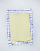 Gebackener Biskuitteig kühlt auf Handtuch aus