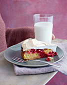 Pound cake with redcurrants and meringue