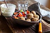 Salat mit gebackenen Spinat-Falafel