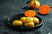 Mochi-Eis mit Mandarine (traditionelle japanische Reissüßigkeiten)