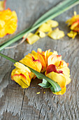 Kranz aus Blütenblättern von Rosen auf Draht gefädelt, Chinaschilf um Draht herumwinden