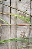 Wandbehang mit Rosen und CHinaschilf gestalten: Zweige und Chinaschilf als Unterkonstruktion
