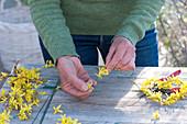 Herz aus Blüten vom Goldglöckchen