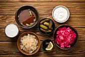 Fermentierte Speisen und Getränke: Kimchi, Essiggurken, Sauerkraut, Misosuppe, Kombucha, Joghurt, Kefir