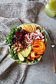 Vegane Buddha Bowl mit Gemüse und Mandeln