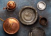 Vintage-Teller und Vintage-Töpfe aus Kupfer und Silber