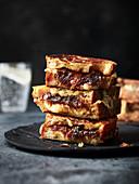 Toasties mit Balsamico-Schalotten und Käse