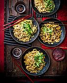 Kalte Sesamnudeln mit Erdnüssen (Sichuan)