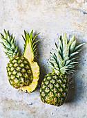 Ananas, ganz und halbiert