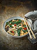 Udon-Nudelsuppe mit Blattgemüse und Pilzen
