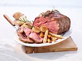 Roastbeef mit Wurzelgemüse, Zwiebeln und Rosmarin