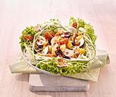 Gemischter Gemüsesalat mit Champignons, Gurke und Radieschen