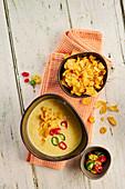 Cremige Maissuppe mit Chilis und Cornflakes