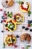 Barbecued doughnuts with fresh berries