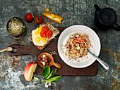 Porridge und belegtes Brot zum Frühstück