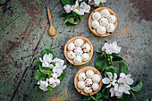 Tartlets with macadamia and vanilla cream