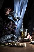 Lavendeltee zubereiten: Lavendelblüten mit heißem Wasser aufgießen