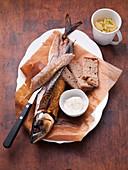 Geräucherte Makrele mit Brot und Meerrettichdip