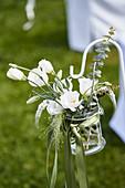 Kleiner Strauß aus Prärieenzian, Ehrenpreis, Eukalyptus und Rispenhirse als festliche Dekoration