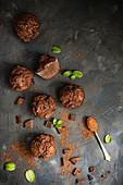Schokoladenmuffins mit Kakaopulver