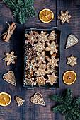 Lebkuchenplätzchen mit getrockneten Orangen und Zimtstangen