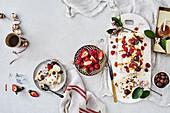 Weihnachtliches Eisdessert mit Früchtekuchen und Beeren