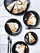 Butterscotch Baisertorte, mehrere Stücke auf Tellern