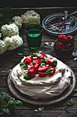 Pavlova mit Erdbeeren und Basilikum