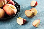 Pfirsiche, ganz und aufgeschnitten