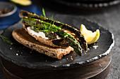 Belegtes Brot mit gegrilltem Spargel und Frischkäse