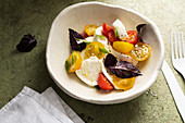 Tomaten-Mozzarella-Salat mit rotem Basilikum