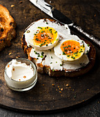 Belegtes Brot mit Käsecreme, Ei und Schnittlauch