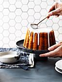 Lemon Curd Kuchen mit Zuckerguß überziehen