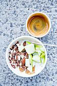 Porridge mit Mandeln und Apfel dazu ein Espresso