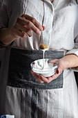 Mlabbes (Mandelgebäck, Tunesien) mit Zuckerguss glasieren