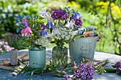 Kleine Frühsommer-Sträuße mit Akelei, Zierlauch 'Ostara', Bärlauch-Blüten, Tränendes Herz, Gedenkemein und Flieder