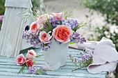 Kleiner Strauß aus Rosen und Flieder, blühender Zweig von Thymian