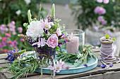 Frühsommerstrauß mit Rosen, Lupinen, Akelei und Wiesenkümmel, Kränzchen aus Gräsern und Windlicht