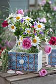 Sträuße aus Margeriten, Rosen und Storchschnabel