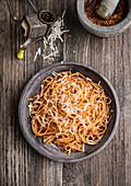 Spaghetti mit Pesto Rosso und Parmesan