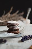 Schokoladenplätzchen mit Puderzucker