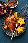 Entenbraten mit Orangen, Stern-Kartoffelplätzchen und Rotkohl