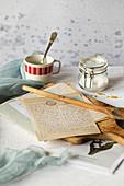Alte Rezeptkarten und Brief auf Holzschneidebrett