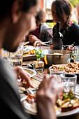 Personen beim Essen am Tisch