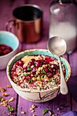 Quinoa-Porridge mit Erdnussbutter und Cranberries