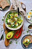 Salat mit Avocado, Eiern, Koriander und Chili