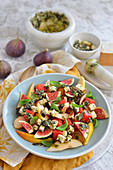 Salad with figs, pears and blue cheese