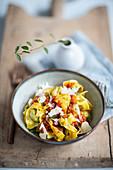 Tortelli mit Borretsch-Lamm-Füllung, Tomatensauce und Parmesan