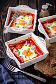 Baked Eggs mit Schinken und Tomaten