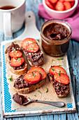 Schokoladencreme mit Erdbeeren auf Baguette